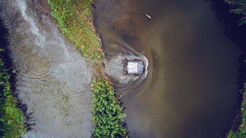 Πανιά πλαϊνά οχημάτων στον ποταμό κεραία επάνω από την κορυφή άποψης στοκ φωτογραφία με δικαίωμα ελεύθερης χρήσης