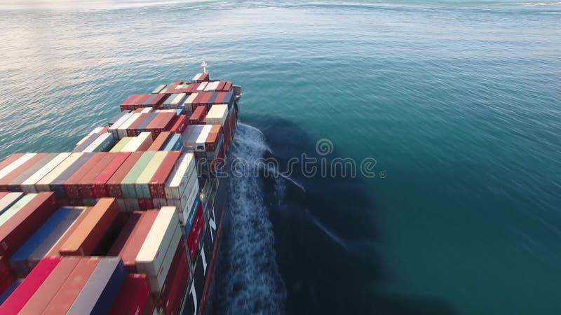 Πανιά σκαφών εμπορευματοκιβωτίων φορτίου μέσω της θάλασσας, ωκεάνια κύματα στο ανοικτό νερό φιλμ μικρού μήκους