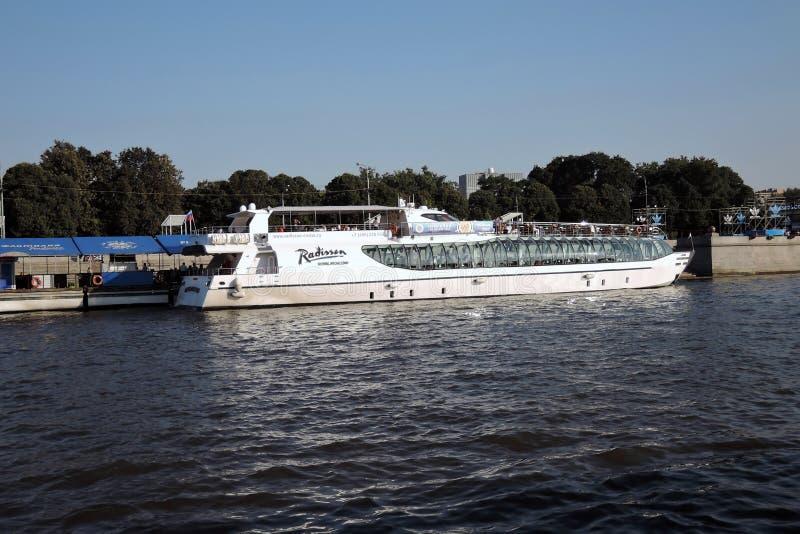 Πανιά σκαφών Chuise στον ποταμό της Μόσχας στοκ φωτογραφία