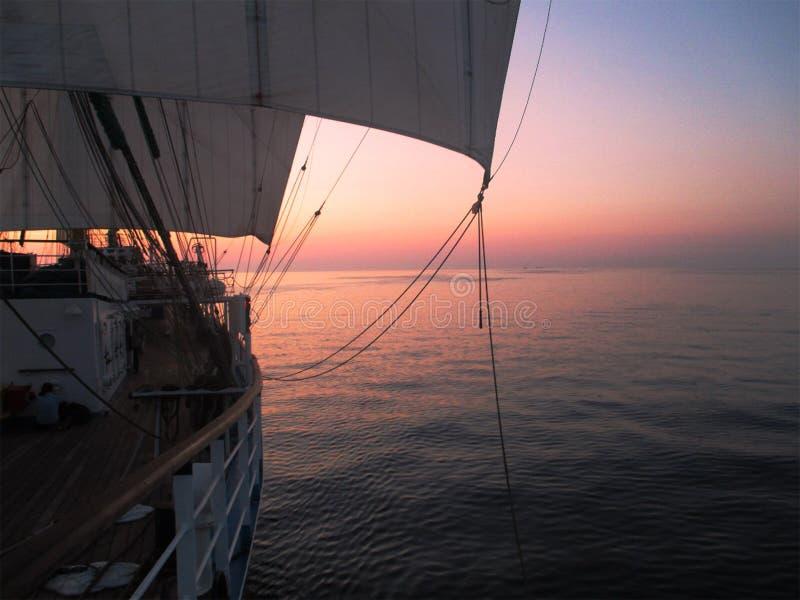 Πανιά στο ηλιοβασίλεμα στοκ εικόνα