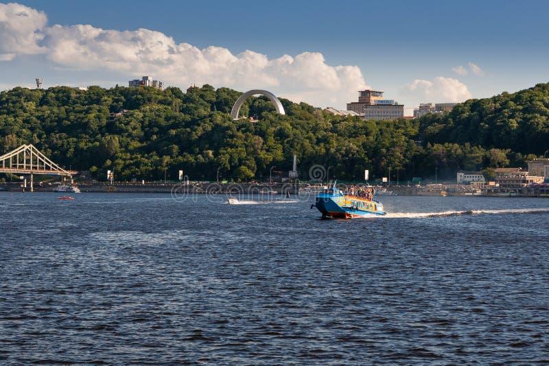 Πανιά ταχυπλόων στον ποταμό ενάντια στον όμορφο ουρανό στοκ φωτογραφία με δικαίωμα ελεύθερης χρήσης