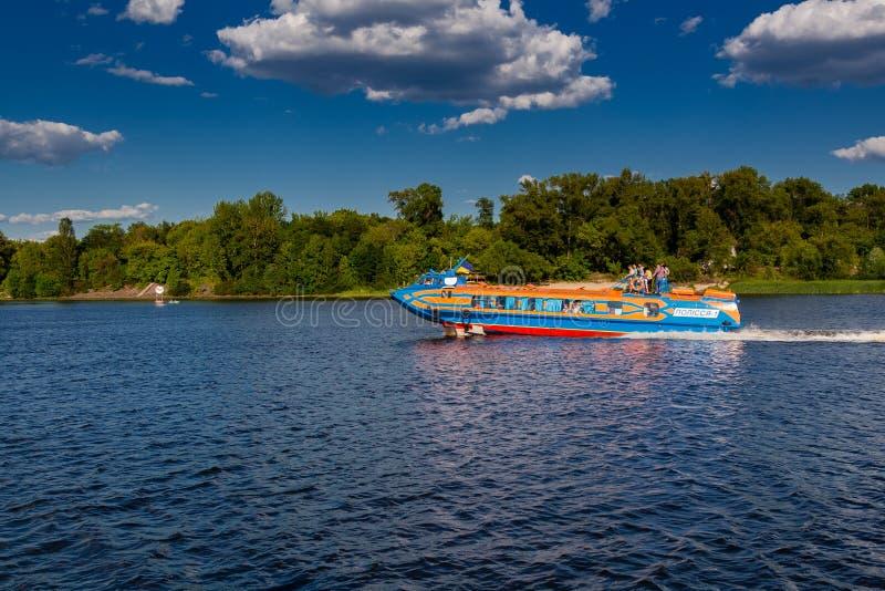 Πανιά ταχυπλόων στον ποταμό ενάντια στον όμορφο ουρανό στοκ φωτογραφίες με δικαίωμα ελεύθερης χρήσης