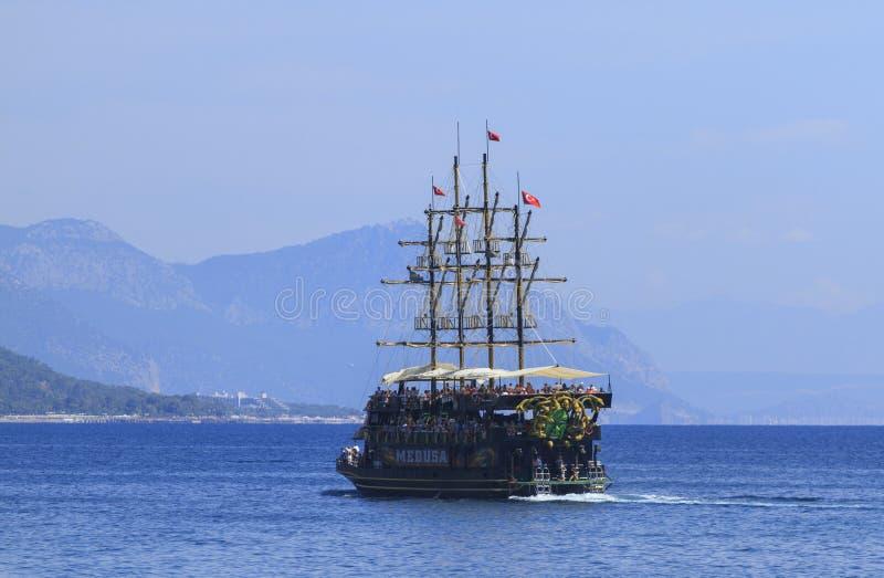 Πανιά φρεγάτων πειρατών θαλασσίως σε Kemer, Τουρκία στοκ φωτογραφία με δικαίωμα ελεύθερης χρήσης