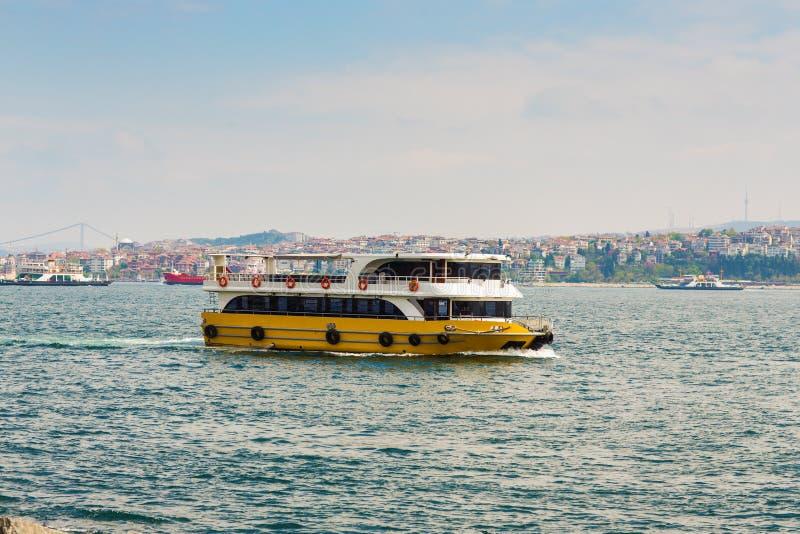 Πανιά Bosphorus σκαφών μεταφορών στοκ φωτογραφίες