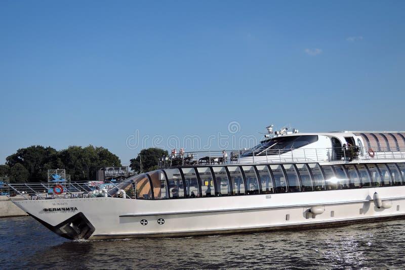 Πανιά Felicita σκαφών Chuise στον ποταμό της Μόσχας στοκ φωτογραφία με δικαίωμα ελεύθερης χρήσης