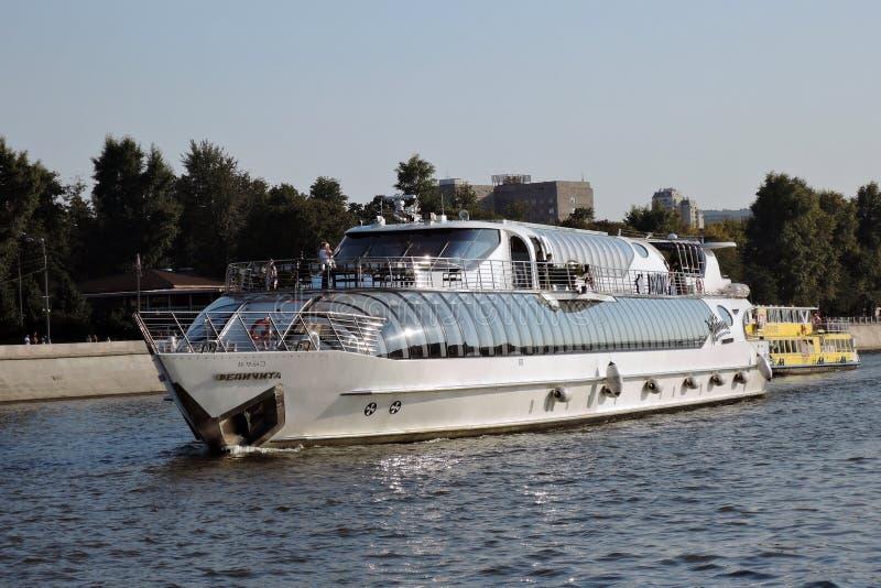 Πανιά Felicita σκαφών Chuise στον ποταμό της Μόσχας στοκ φωτογραφίες
