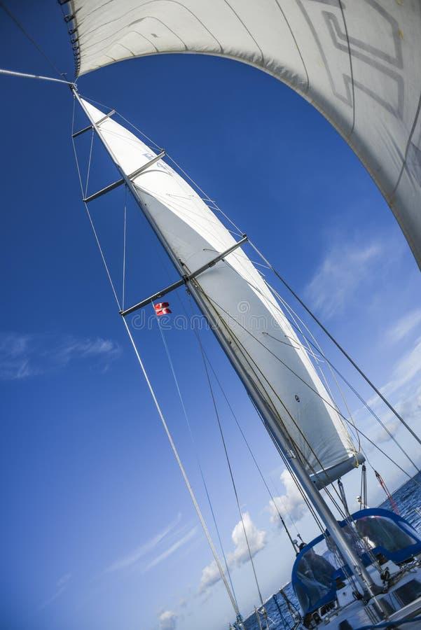Πανιά sailboat εν πλω στο Βορρά του καλοκαιριού στοκ φωτογραφίες με δικαίωμα ελεύθερης χρήσης
