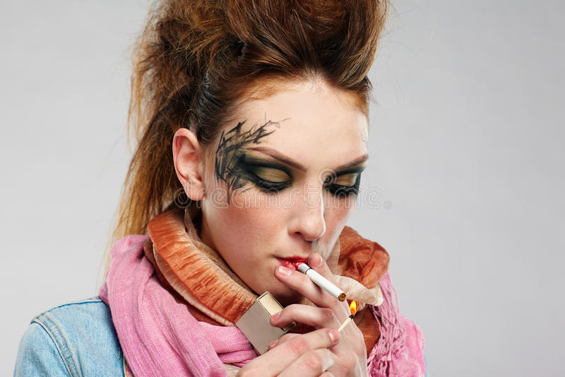Download πανκ κάπνισμα κοριτσιών Glam Στοκ Εικόνα - εικόνα από άνθρωποι, ροζ: 17052495