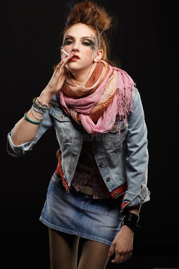 Download πανκ κάπνισμα κοριτσιών Glam Στοκ Εικόνα - εικόνα από τζιν, εθισμού: 17052521