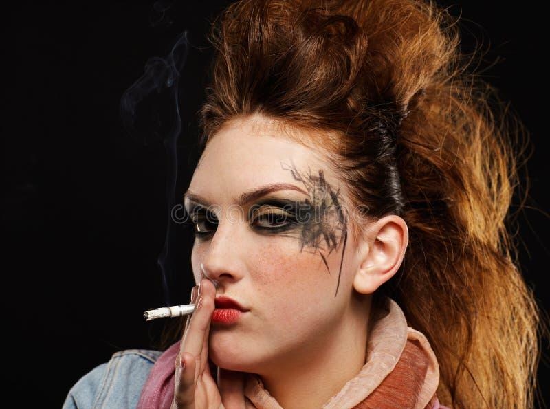 Download πανκ κάπνισμα κοριτσιών Glam Στοκ Εικόνα - εικόνα από τσιγάρο, εθισμού: 17052531