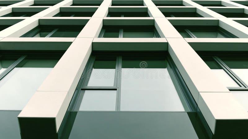 Πανοραμικά παράθυρα του σύγχρονου κτιρίου γραφείων στοκ φωτογραφία