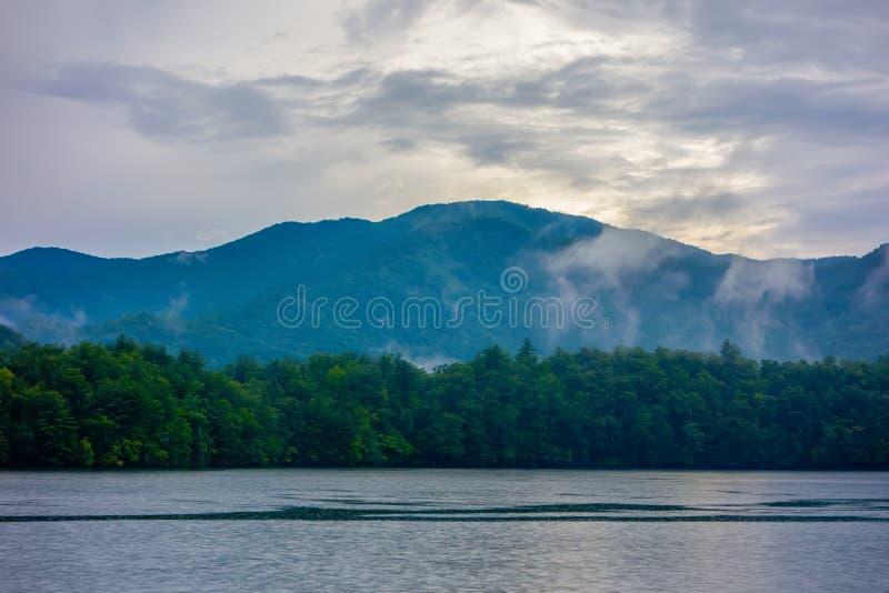Πανοραμικά τοπία και όμορφη φύση στη λίμνη santeetlah ούτε στοκ εικόνες