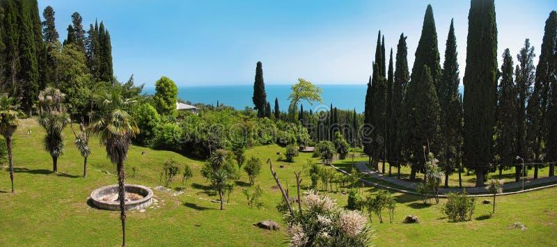 """Πανοραμικές απόψεις Ï""""Î¿Ï… αναχώματος Μαύρης Θάλασσας Πόλη νέου Athos, Αμπχ στοκ εικόνες"""