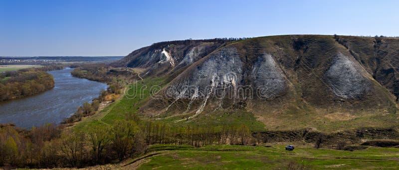Πανοραμική άποψη από το βουνό της κιμωλίας πέρα από την κοιλάδα στοκ εικόνες