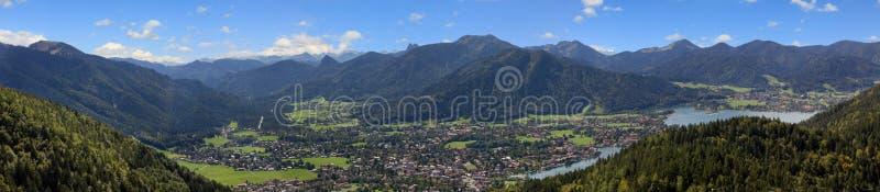 Πανοραμική άποψη από το βουνό riederstein στην αλπική κοιλάδα tegern στοκ εικόνες