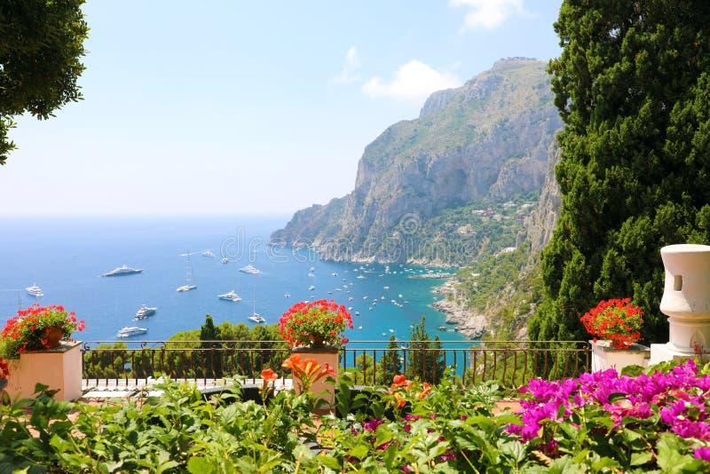 Πανοραμική άποψη από το πεζούλι κήπων λουλουδιών στον κόλπο Capri, Ιταλία στοκ εικόνες με δικαίωμα ελεύθερης χρήσης