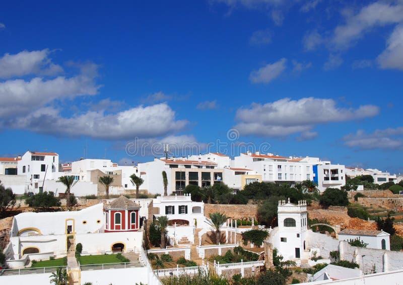 Πανοραμική άποψη εικονικής παράστασης πόλης των Λευκών Οίκων στο menorca ciutadella ενάντια σε έναν μπλε ουρανό στοκ εικόνα