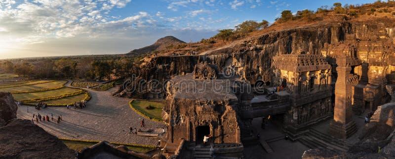Πανοραμική άποψη ενός συγκροτήματος των σπηλιών Ellora και του ναού Kailasa στοκ φωτογραφίες