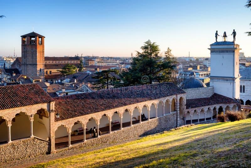 Πανοραμική άποψη ηλιοβασιλέματος Udine της πόλης από το casle, Friuli Venezia Giulia, Ιταλία στοκ εικόνες