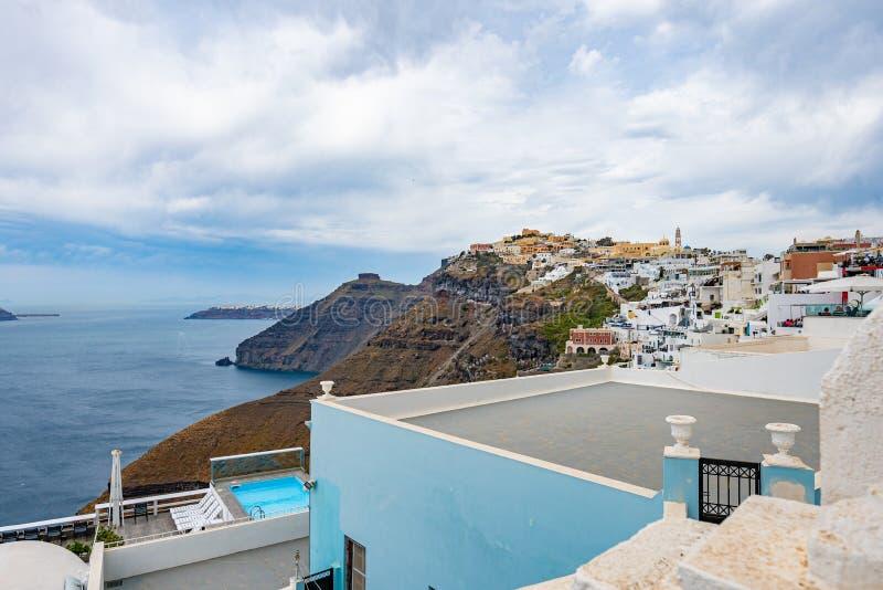 Πανοραμική άποψη και οδοί του νησιού Santorini στην Ελλάδα, πυροβολισμός σε Thira στοκ φωτογραφίες