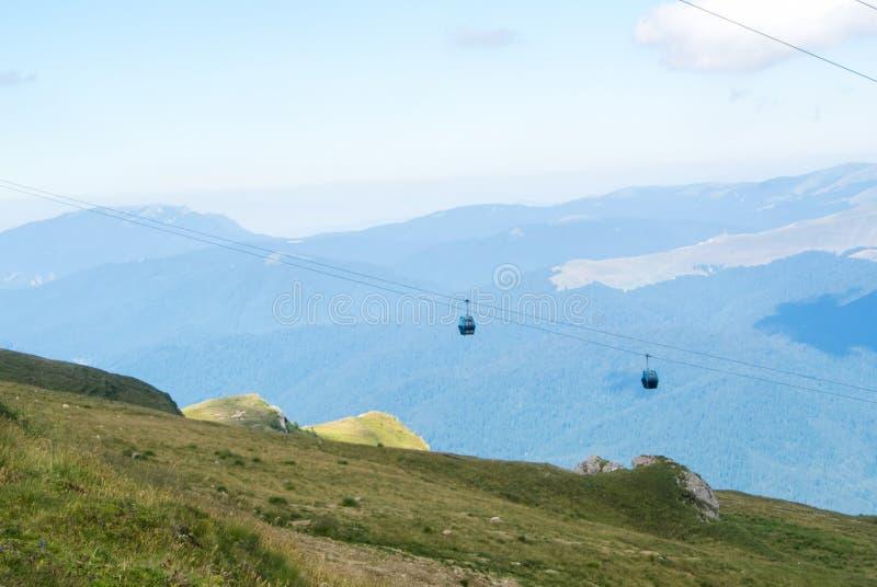 Πανοραμική άποψη πέρα από τα βουνά Carpatian και δύο cableway το αμάξι στοκ εικόνες με δικαίωμα ελεύθερης χρήσης
