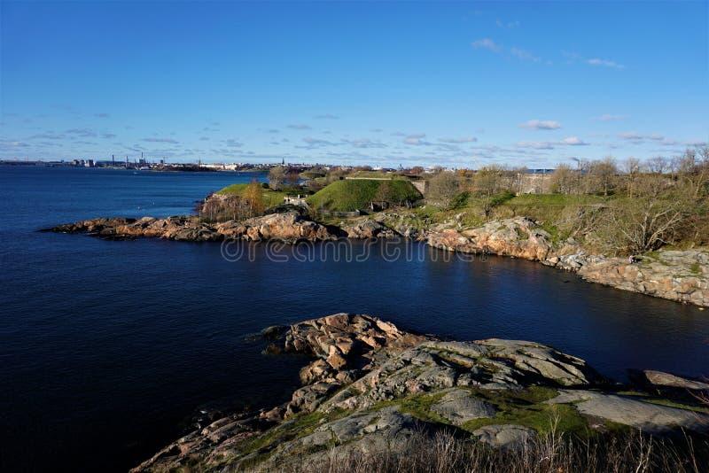 Πανοραμική άποψη πέρα από τη βαθιά μπλε θάλασσα της Βαλτικής και το νησί Suomenlinna στο Ελσίνκι στοκ φωτογραφίες με δικαίωμα ελεύθερης χρήσης