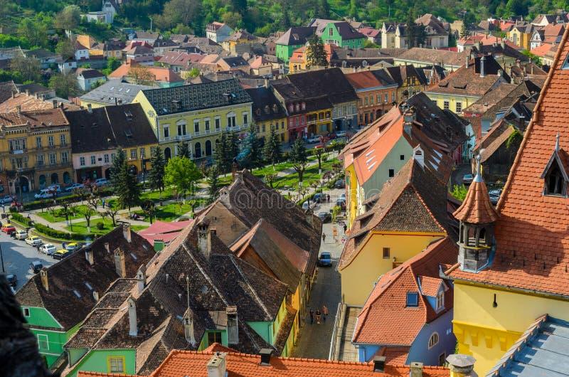Πανοραμική άποψη πέρα από τη εικονική παράσταση πόλης και αρχιτεκτονική στεγών σε Sighisoara, μεσαιωνική πόλη της Τρανσυλβανίας,  στοκ εικόνες
