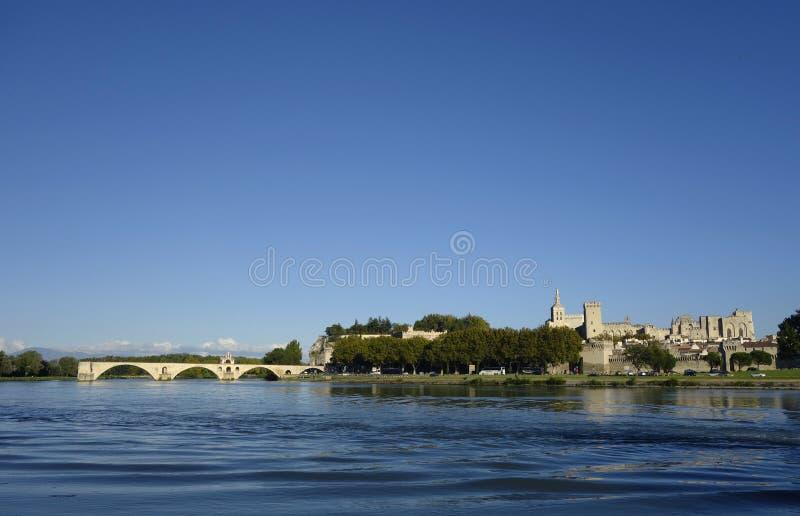 Πανοραμική άποψη πέρα από τον ποταμό Ροδανού με το Pont Άγιος-Benezet και τη μεσαιωνική πόλη Αβινιόν στοκ εικόνες