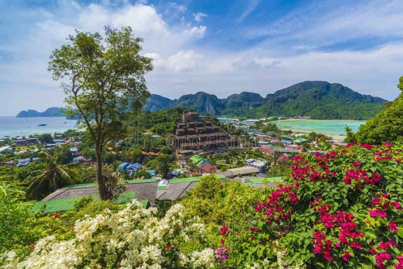 Πανοραμική άποψη πέρα από το χωριό Tonsai, Phi Phi νησί, Ταϊλάνδη στοκ φωτογραφία με δικαίωμα ελεύθερης χρήσης