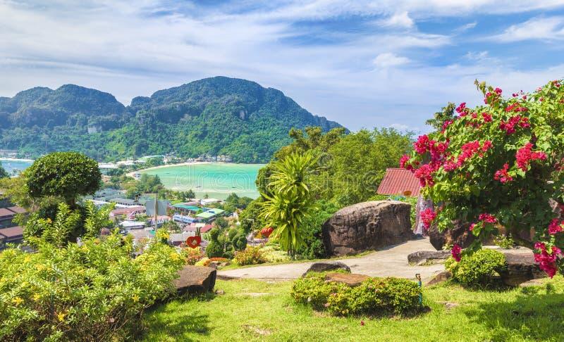 Πανοραμική άποψη πέρα από το χωριό Tonsai, Phi Phi νησί, Ταϊλάνδη στοκ εικόνα