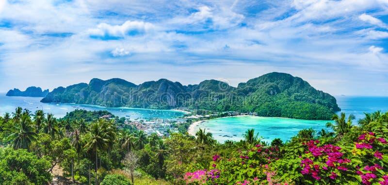 Πανοραμική άποψη πέρα από το χωριό Tonsai, Phi Phi νησί στοκ εικόνα