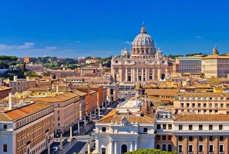 Πανοραμική άποψη στεγών της Ρώμης και ορόσημων πόλεων του Βατικανού στοκ φωτογραφία με δικαίωμα ελεύθερης χρήσης