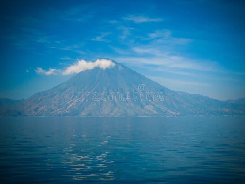 Πανοραμική άποψη στο ηφαίστειο και τη λίμνη Atitlan με τον καπνό, Γουατεμάλα στοκ φωτογραφία με δικαίωμα ελεύθερης χρήσης