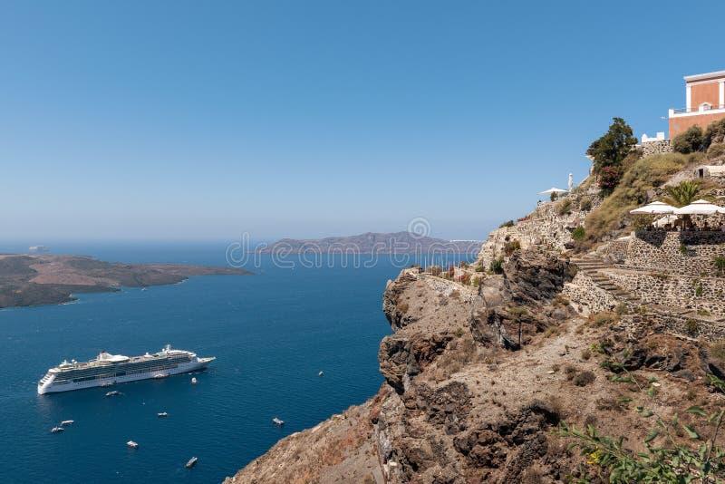 Πανοραμική άποψη σχετικά με ηφαιστειακό caldera από τον απότομο βράχο του νησιού Santorini, Ελλάδα στοκ φωτογραφίες με δικαίωμα ελεύθερης χρήσης