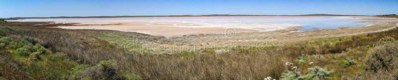 Πανοραμική άποψη σχετικά με μια ρόδινη λίμνη γύρω από τη Νότια Αυστραλία, Αυστραλία στοκ εικόνες