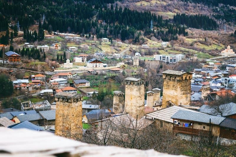 Πανοραμική άποψη σχετικά με τον πύργο Svan στο ανώτερο χωριό Mestia, Γεωργία Svaneti στοκ φωτογραφίες με δικαίωμα ελεύθερης χρήσης