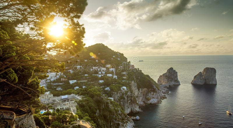 Πανοραμική άποψη σχετικά με τους βράχους Faraglioni από το νησί Capri, Ιταλία στοκ εικόνες