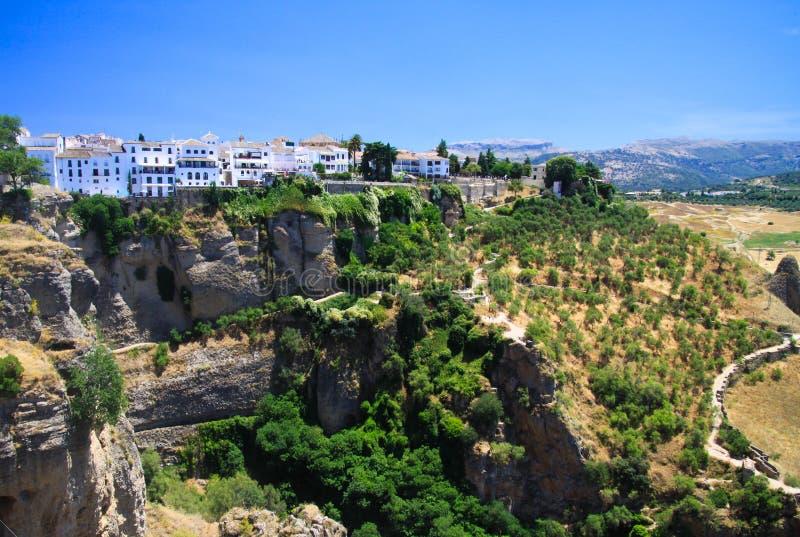 Πανοραμική άποψη σχετικά με το αρχαίο χωριό Ronda που βρίσκεται precariously κοντά στην άκρη ενός απότομου βράχου στην Ανδαλουσία στοκ εικόνες