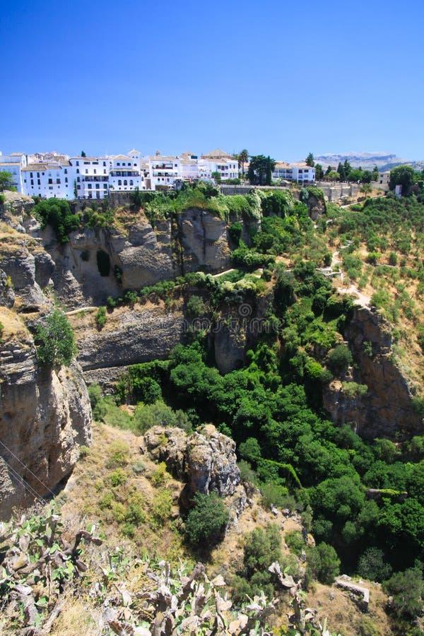 Πανοραμική άποψη σχετικά με το αρχαίο χωριό Ronda που βρίσκεται precariously κοντά στην άκρη ενός απότομου βράχου στην Ανδαλουσία στοκ εικόνα