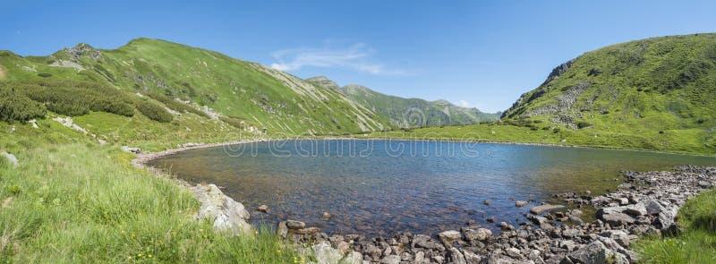 Πανοραμική άποψη σχετικά με το όμορφο ζωηρό μπλε σαφές pleso Horne Jamnicke λιμνών βουνών με τις πράσινες αιχμές βουνών λόφων, δυ στοκ εικόνα με δικαίωμα ελεύθερης χρήσης