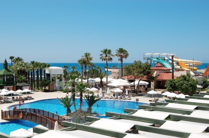 Πανοραμική άποψη της λίμνης και waterslides στο ξενοδοχείο, Belek, Τούρκος στοκ εικόνα