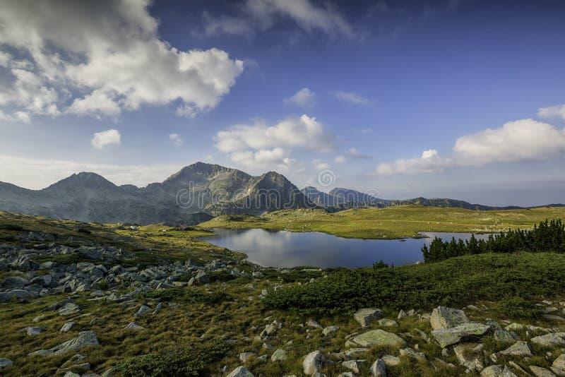 Πανοραμική άποψη της αιχμής Kamenitsa και της λίμνης Tevno, βουνό Pirin στοκ εικόνα με δικαίωμα ελεύθερης χρήσης