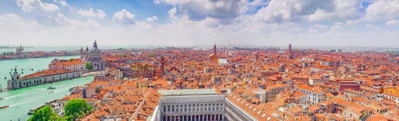Πανοραμική άποψη της Βενετίας από τον πύργο καμπαναριών του ST Mark ` s στοκ εικόνες