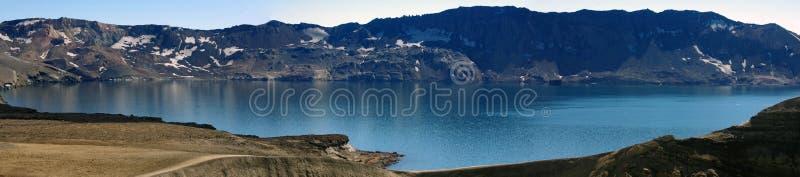 Πανοραμική άποψη της Ισλανδίας της λίμνης Oskjuvatn στον κρατήρα του ηφαιστείου Askja στοκ εικόνες