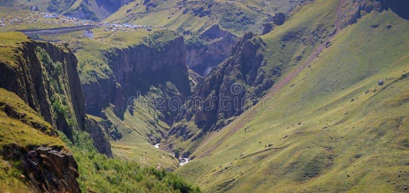 Πανοραμική άποψη της κοιλάδας βουνών κοντά σε Elbrus στοκ εικόνες