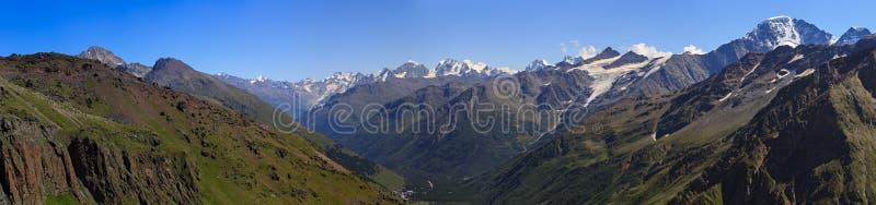Πανοραμική άποψη της κοιλάδας βουνών κοντά σε Elbrus στοκ φωτογραφία με δικαίωμα ελεύθερης χρήσης