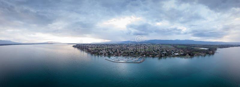 Πανοραμική άποψη της λίμνης Γενεύη κατά τη διάρκεια του ηλιοβασιλέματος στοκ φωτογραφία