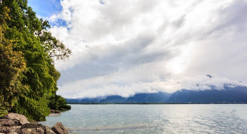 Πανοραμική άποψη της λίμνης Γενεύη, μια από την Ελβετία ` s οι περισσότερες ταξιδεμμένες λίμνες στην Ευρώπη, με το σύνολο ουρανού στοκ εικόνες