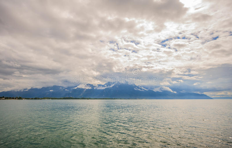 Πανοραμική άποψη της λίμνης Γενεύη, μια από την Ελβετία ` s οι περισσότερες ταξιδεμμένες λίμνες στην Ευρώπη, με το σύνολο ουρανού στοκ εικόνες με δικαίωμα ελεύθερης χρήσης