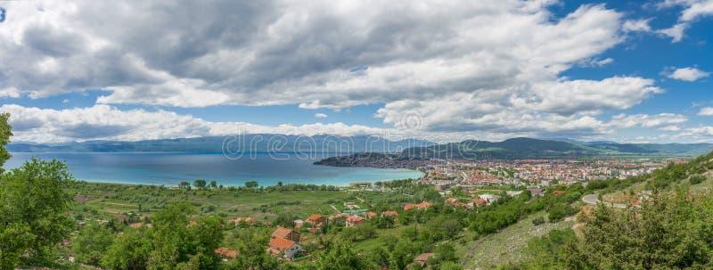 Πανοραμική άποψη της λίμνης της Οχρίδας και της πόλης της Οχρίδας στοκ φωτογραφίες